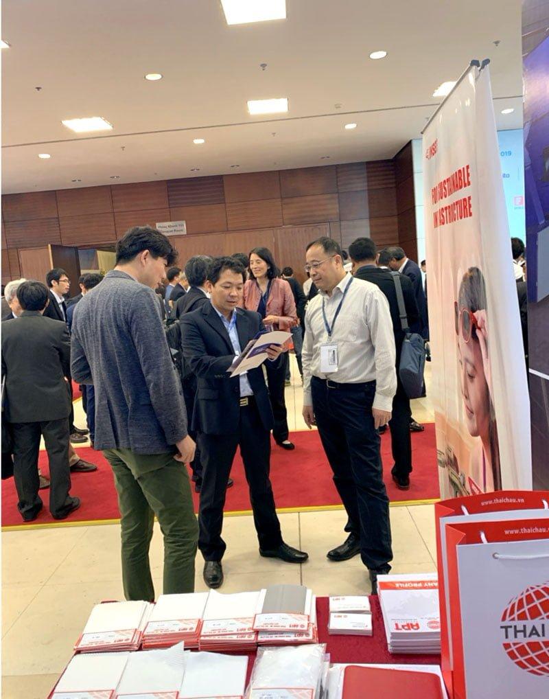 Giám Đốc công ty Thái Châu đang tư vấn sản phẩm cho khách hàng