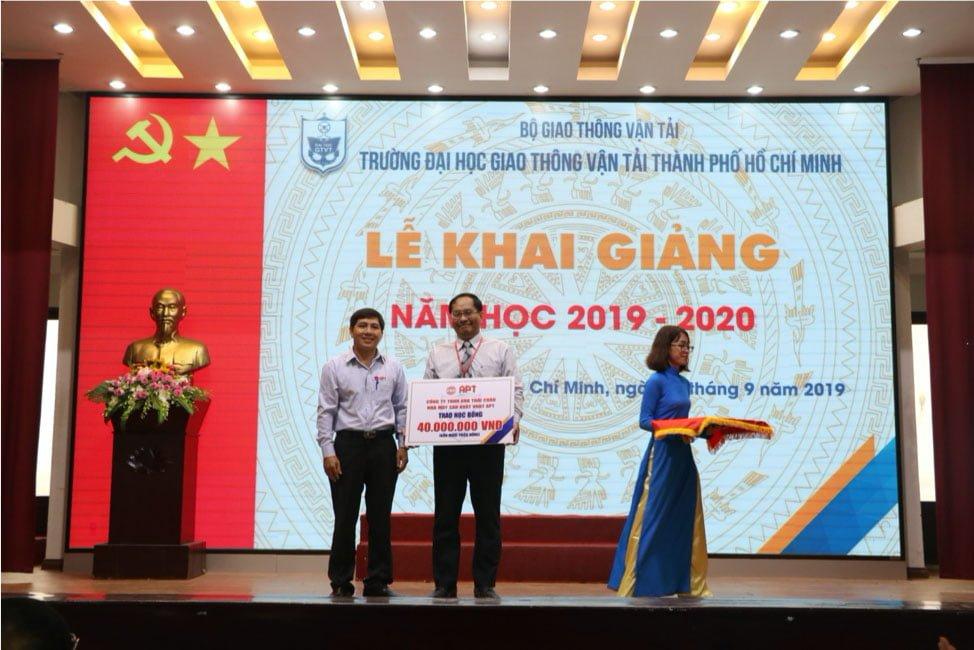 Ông Lê Văn Kiều – Phó Giám Đốc PTTT Đại diện Công Ty Thái Châu trao tặng học bổng cho nhà trường.