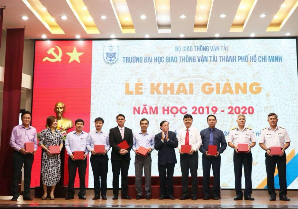 Đại diện công ty Thái Châu nhận kỷ niệm chương từ Ban Giám Đốc Trường Đại Học giao thông Vận tải TPHCM.